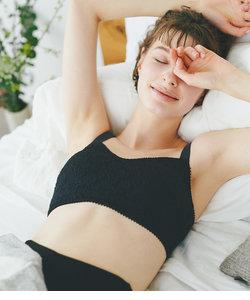 【脇高設計で脇肉もすっぽり。寝ている間も美胸をサポートする夜用ブラジャー】ナイトブラ