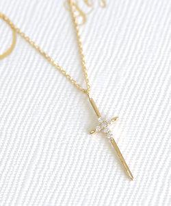 6粒のダイヤを宿したクロスネックレス