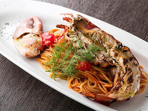 Molho de tomate espesso da lagosta espinhosa dinâmica