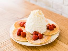おすすめメニュー ストロベリー、ホイップクリームとマカダミアナッツのパンケーキ