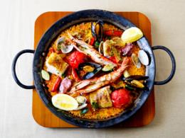 おすすめメニュー 太陽のパエリア -魚貝と鶏肉、トマトの地中海風パエリア